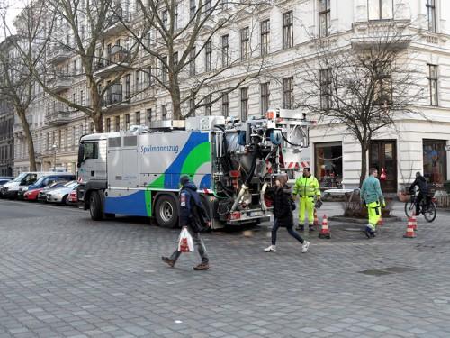 Spülwagen der Berliner Wasserbetriebe im Einsatz