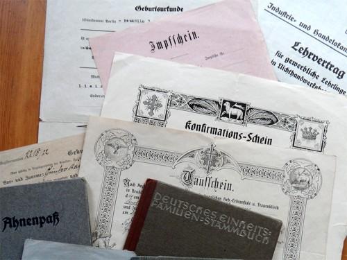 Verschiedene Urkunden und Dokumente aus den 1920er und 1930er Jahren
