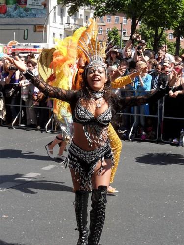 Sambatänzerin beim Karneval der Kulturen 2015 in Berlin