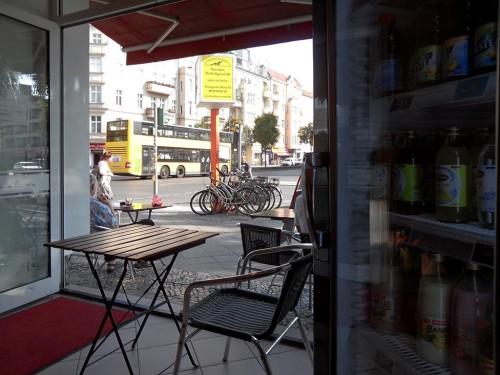Blick aus einem Café auf die Kantstraße, Berlin-Charlottenburg